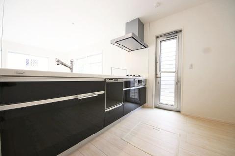 勝手口のあるキッチンは生ごみの処理やごみの管理などに便利です
