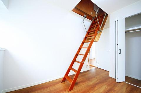 2階洋室から小屋裏収納に上がることができます