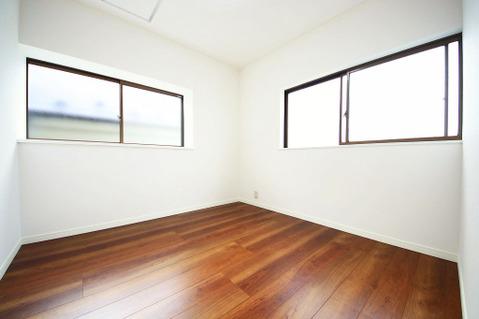 2階 北側4.5帖洋室 全居室、嬉しい2面採光の造りになります