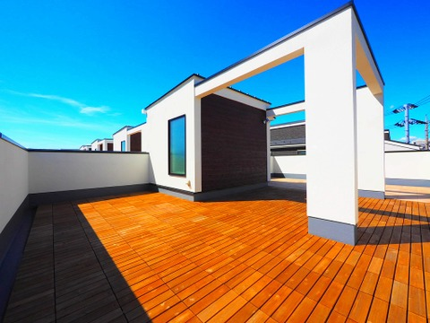屋上のルーフバルコニーは青空の下でのBBQや趣味のガーデニングなど、様々に活躍します