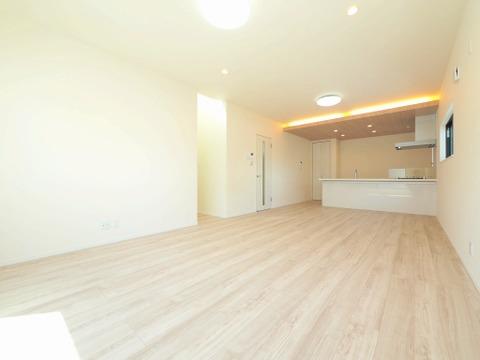 キッチン上部に設けられた素敵な間接照明が、室内をやさしく照らしてくれます
