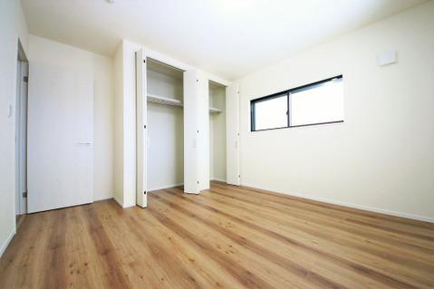 各居室収納には、お洋服を綺麗に収納できるクローゼットタイプを採用