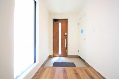 大きな窓のある明るい玄関