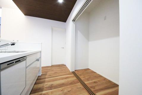 キッチン後部にはたっぷりと収納ができるパントリーが設けられています