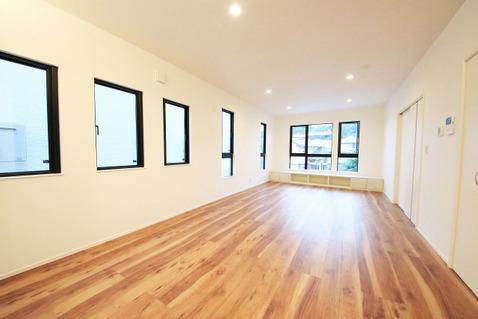 採光窓を豊富に設置した明るいリビングにはポカポカと暖かい床暖房が完備