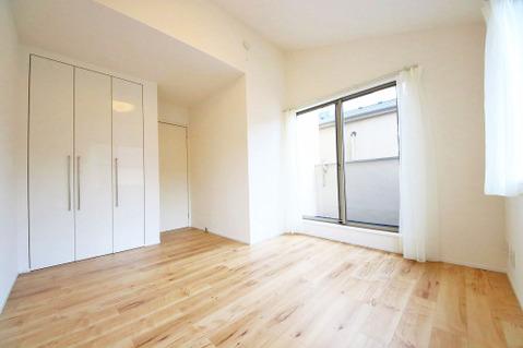 3階、6.72帖洋室 バルコニーに面しており、南東からの暖かい陽が降り注ぐお部屋です