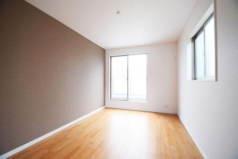 約7.5帖の広々としたお部屋は2面採光のため陽当り良好です