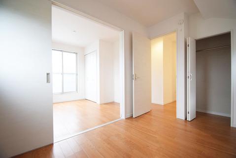 約5.1帖と約4.5帖のお部屋は扉を開けることで開放感溢れる繋がりのある空間に