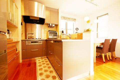家事をしながら家族との会話も弾む人気の対面キッチン