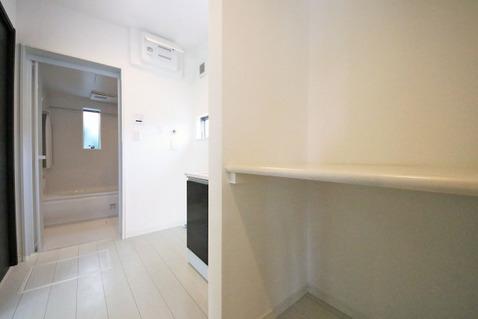 洗面室に棚が完備されていることで、収納の幅が広がります