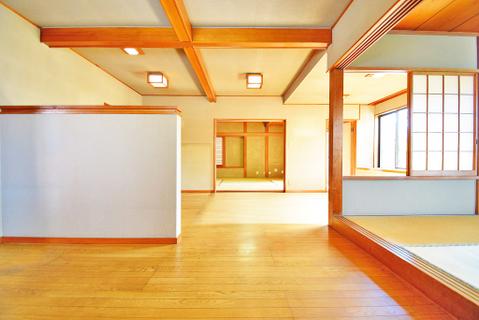 梁を活かしたリビング リビング横に和室があり、お食事後や入浴後のくつろぐ空間に