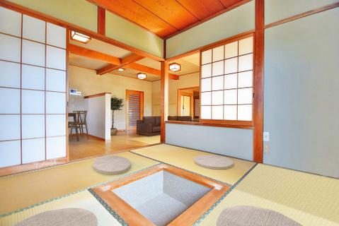 約4.5帖の和室には掘りごたつが置かれ、大切な人たちとの和やかな時間を演出します