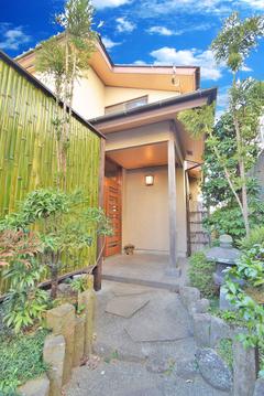 高級感のある石畳が邸宅へと導いてくれます