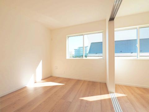 お部屋の扉を開けることでより開放感のある空間になります
