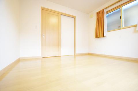 約6.5帖の洋室は南西向きのバルコニーへ出られます