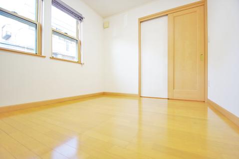 木目調の落ち着いた雰囲気の洋室は約5.6帖