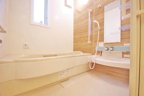 窓の付いたお風呂は換気もバッチリ!大きなお風呂で足を伸ばしてリラックスタイム