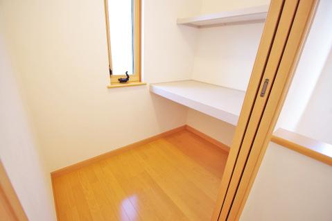 納戸のお部屋にも窓を設置、通風性も確保しています