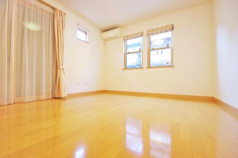 窓が多いリビングルームは採光も十分!家族団らんの空間にピッタリです