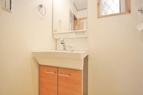 自然光の入る明るい洗面室