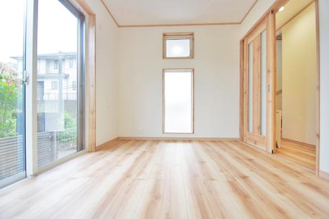 窓を2面に設け、明るい風通しのよい空間のリビングダイニング