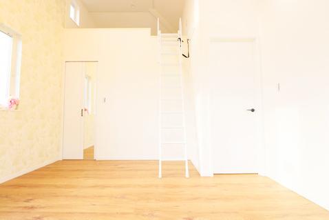 ロフト付き収納量豊富な洋室