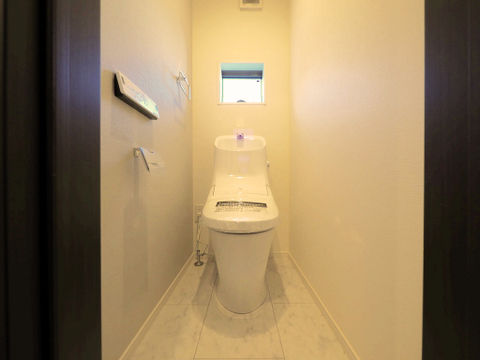 トイレには快適な温水洗浄便座付