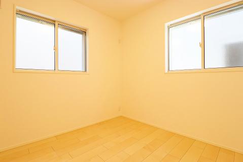 約4.5帖の納戸はたっぷりの収納スペースとしてもお使いいただけます