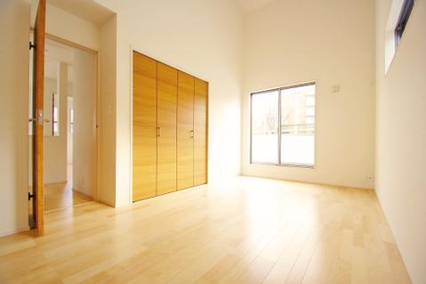 勾配天井設計の洋室約8.25帖