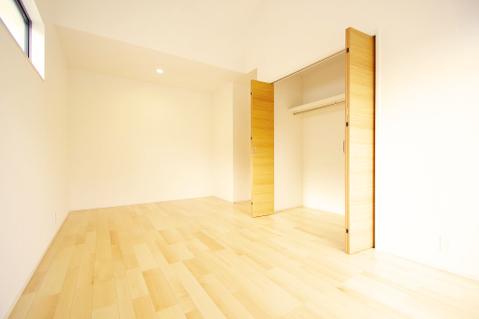 大型のクローゼットか完備した洋室