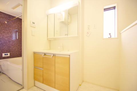 広々とした洗面スペースで朝の身支度を