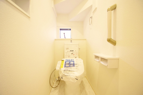小窓を設けることで、換気性のあるトイレ
