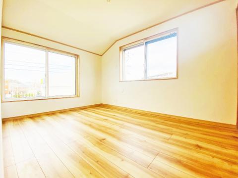 暖かい陽射しがさしこむ洋室は約6帖の空間、お好きな家具を置いてコーディネイト