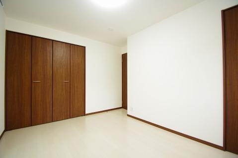 優しい色合いのフローリングが張られた約6.25帖の洋室