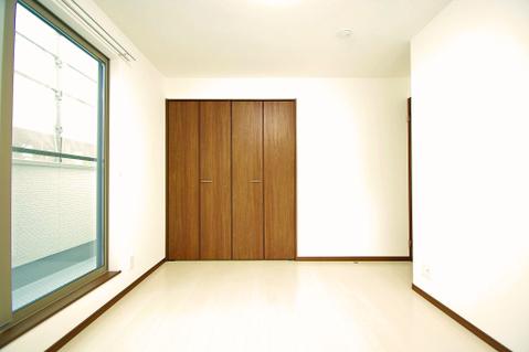 約6.25帖の洋室からはバルコニーに繋がり、陽当たり・通風良好