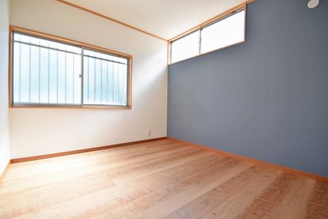 オシャレな空間を演出するアクセントクロスを設置した洋室