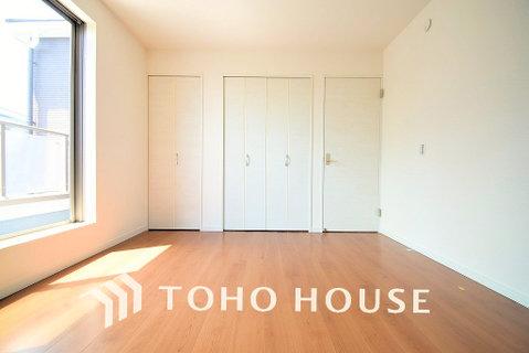 暖かい陽射しがさしこむ洋室は約帖の広々空間、大きめの家具がおけます