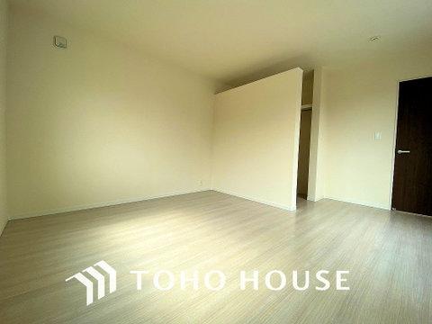暖かい陽射しがさしこむ洋室は約8.5帖の広々空間、大きめの家具がおけます