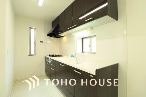 空気がこもりやすいキッチンも小窓を設けることで、換気性もあり