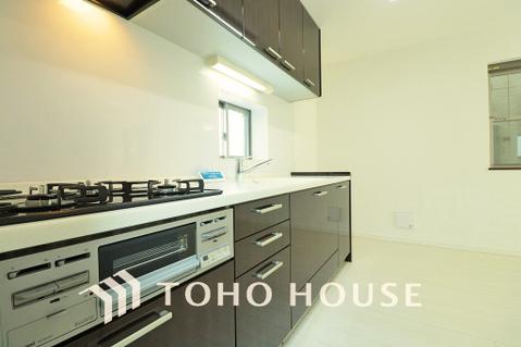 柔らかな光の差し込むキッチン。落ち着きのあるカラーで統一された清潔感と気品が溢れます