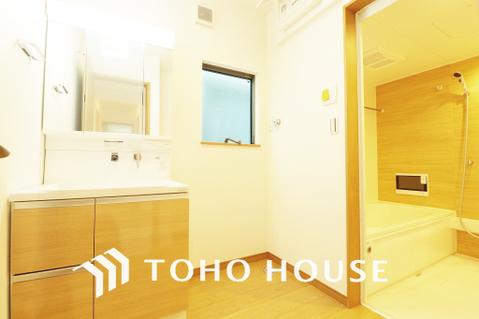 小窓が付いた清潔感のある洗面室で朝の身支度も快適に