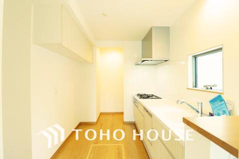 キッチン奥にはパントリーがあり、片付けにくいキッチン周りも安心の収納スペース