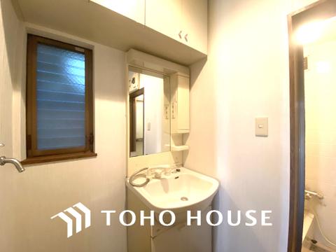 窓のある明るい洗面室で朝の身支度も快適に