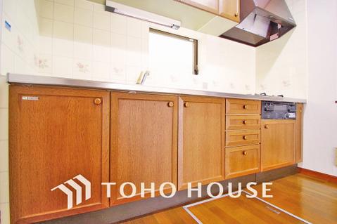 大容量の収納スペース、散らかりやすいキッチン周りもスッキリお片づけ