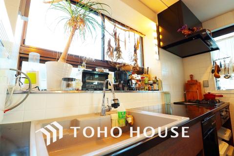 柔らかな光の差し込むキッチン。気持ちの良い空間でお料理ができますね
