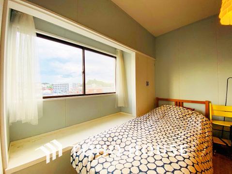 大きな窓のある居室は、暖かな光が入り込みくつろぎの空間に