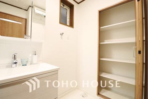 豊富な収納スペースを設けた身支度のしやすい洗面所