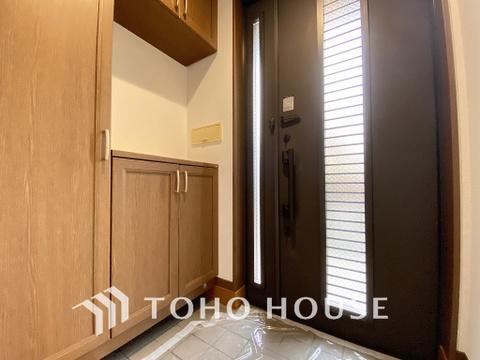 玄関には充実の収納スペースがあり、ご家族分の履き物も十分収納できるでしょう