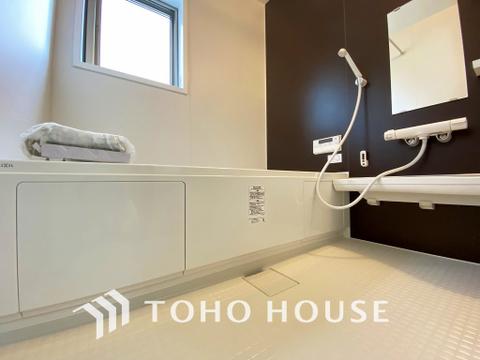 アクセントクロスが爽やかな印象的なオシャレな洗面所は朝の身支度も楽しくなりますね