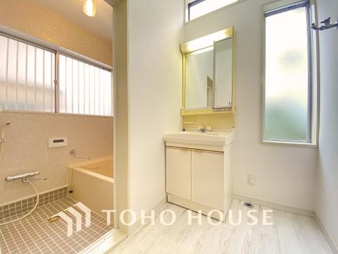窓の多い清潔感のある洗面室で朝の身支度もはかどりそうですね